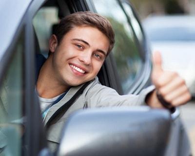 młody kierowca w aucie