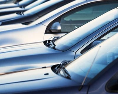 stojące obok siebie auta na parkingu
