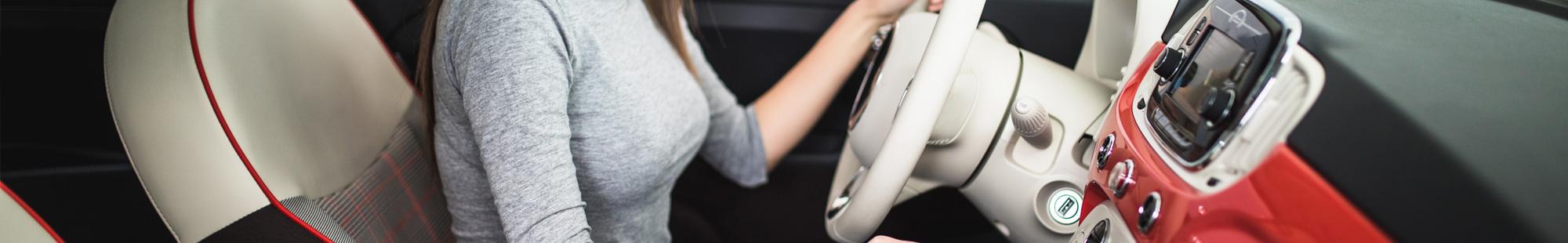 kobieta za kierownicą auta