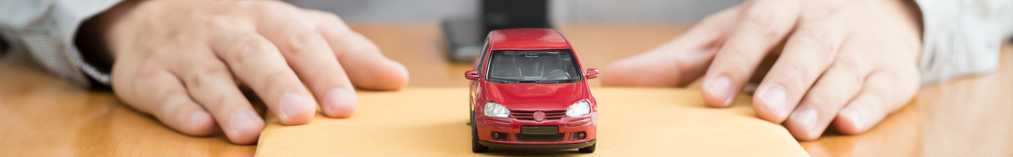 auto zabawkowe na stole