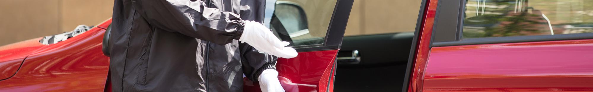 mężczyzna w rękawiczkach otwiera drzwi auta